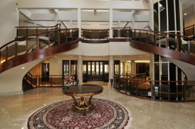 50 cent filed for bankruptcy still has his 52 room mansion stairs