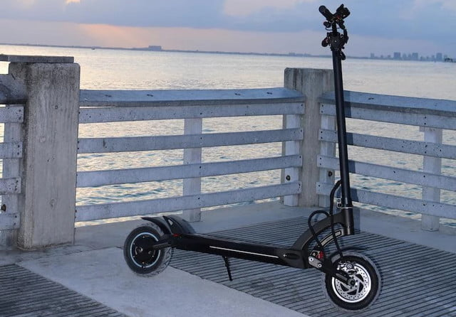 Be the fastest commuter standing on two feet with the 40-MPH Mantis e-scooter