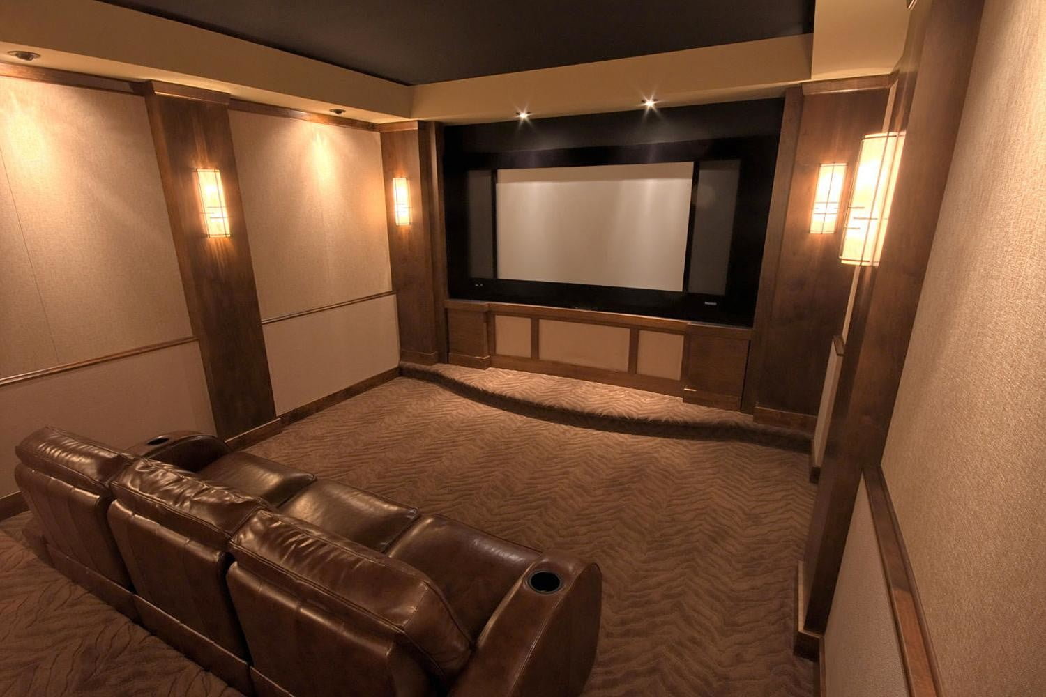 average size movie theater screen