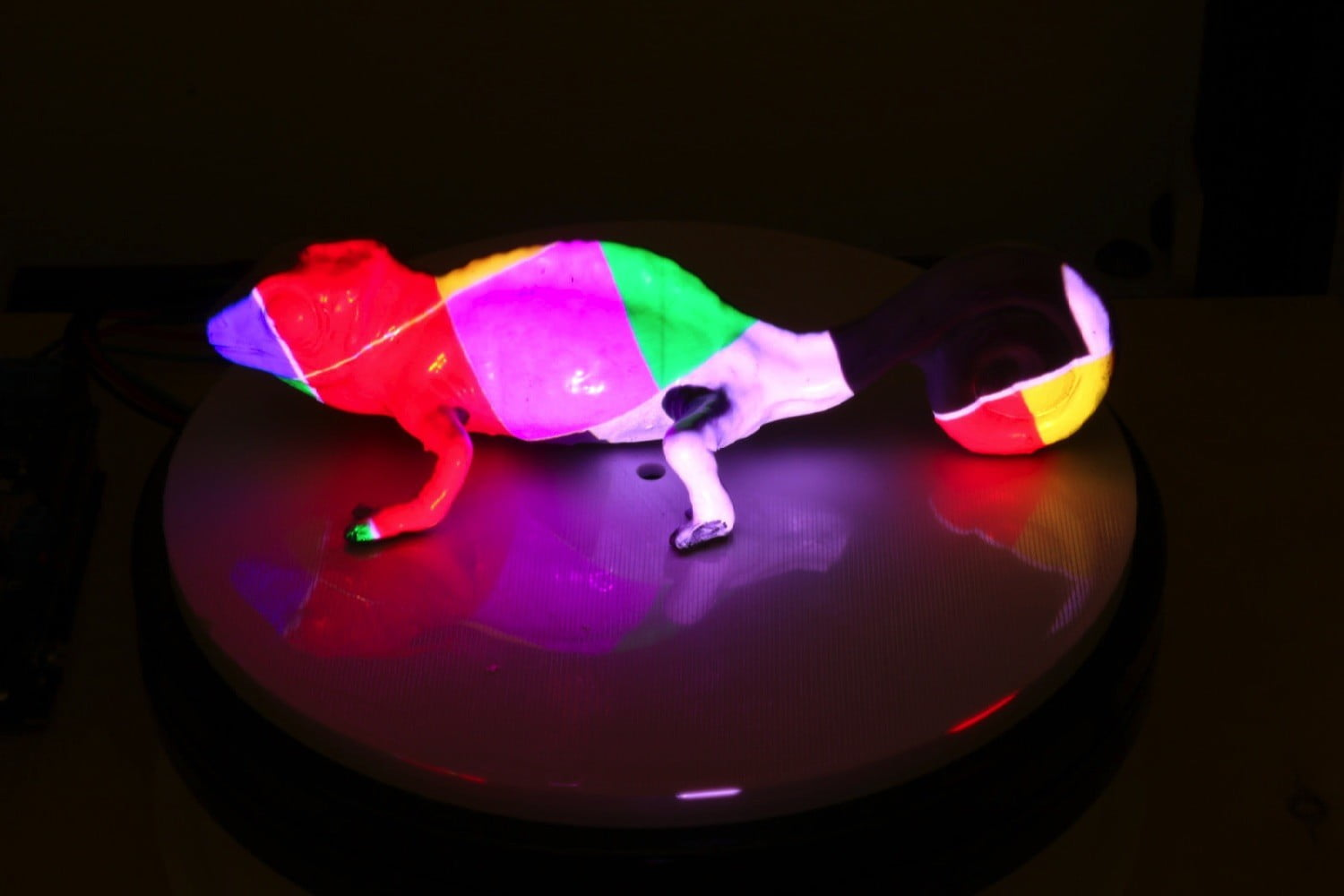 MIT's amazing reprogrammable ink can create color-changing objects