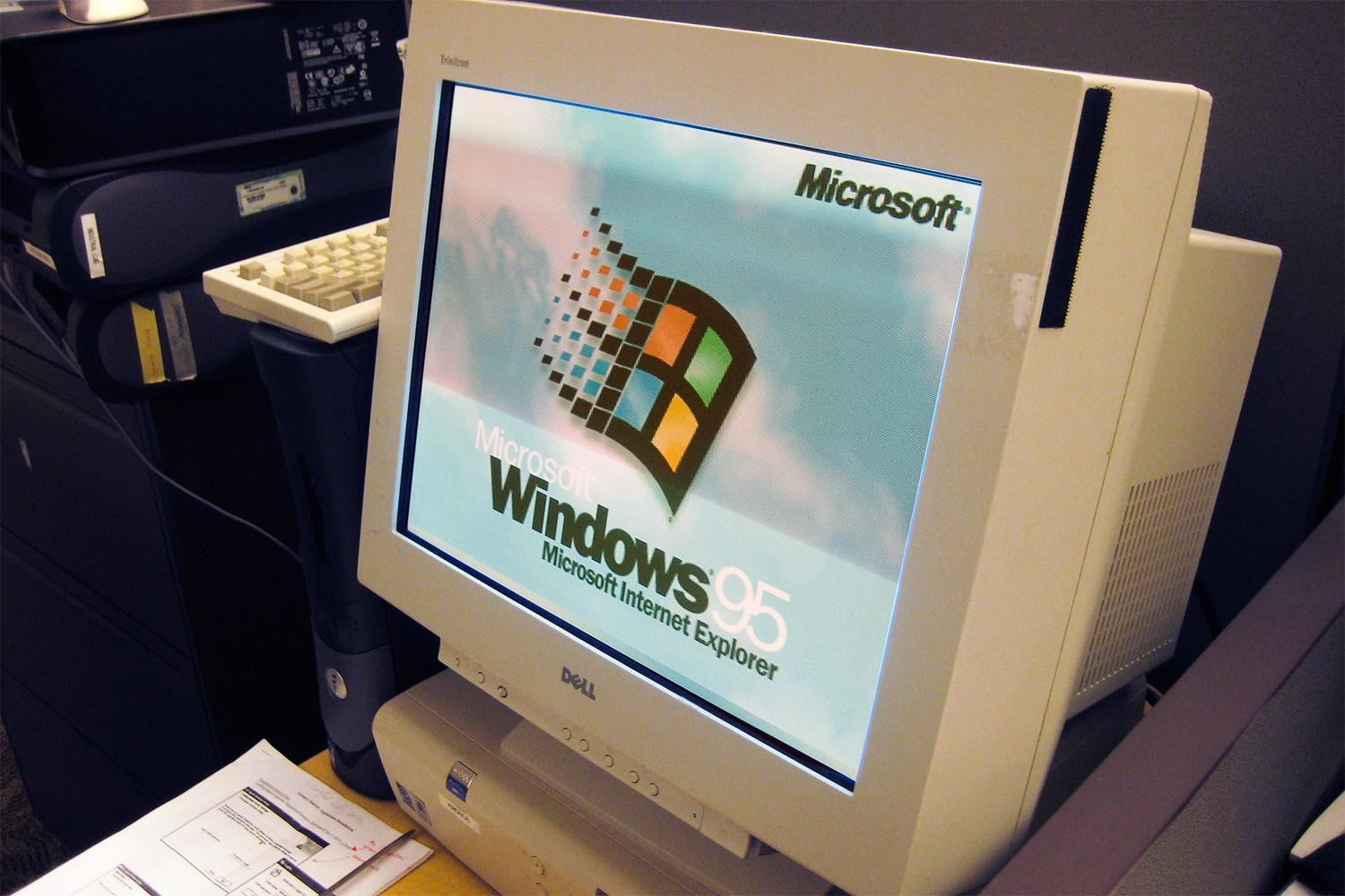 Teenagers React to Windows 95, Can't Imagine the Hardships