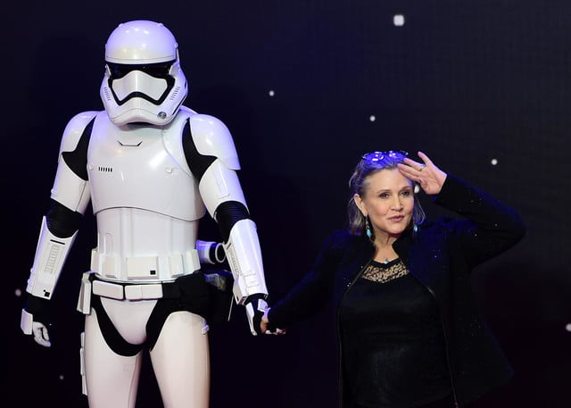 muere carrie fisher star wars 501609538 actress poses with a storm trooper as she jpg crop promo xlarge2