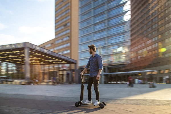 audi e tron scooter electrico combines with skateboard 2 600x400 c