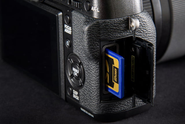 Fujifilm X-T1 camera review SD card slot