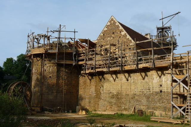 the guedelon castle is being built with 13th century techniques gu  delon 0033