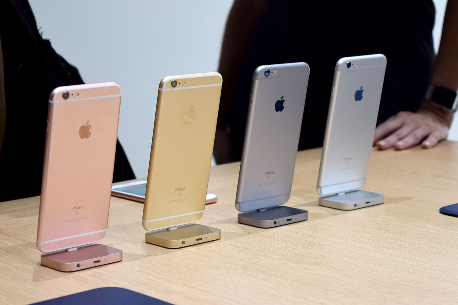 iPhone 6S vs Galaxy S6: Which is Better? | Digital Trends