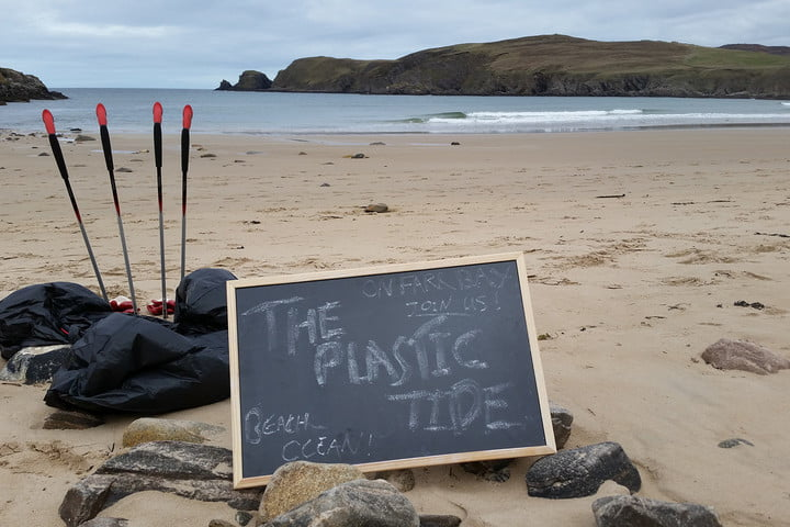 the plastic tide sign on beach