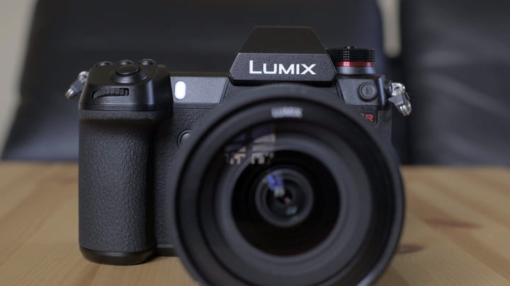 What do you do with 187 megapixels? The Lumix S1R is glorious overkill.