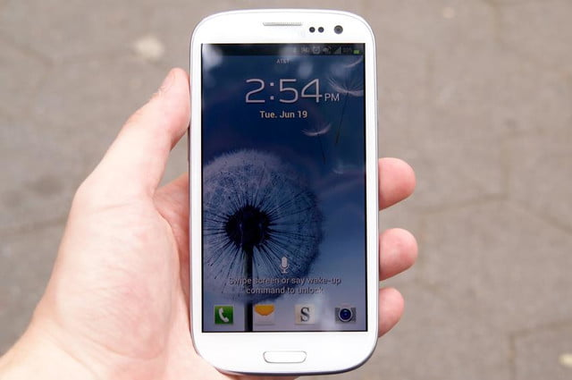 Samsung Galaxy S3 review in hand lock screen android 4.0